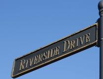 Flussufer-Antriebs-Straßenschild lizenzfreies stockfoto