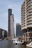 Flussufer bei Chicago& x27; s-Fluss-Stadt stockbild