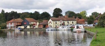 Flussufer bei Coltishall, Norfolk Broads, Großbritannien mit Booten und lokalem Gasthaus Lizenzfreie Stockfotografie
