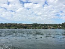 Flussufer bei Sankhaburi Lizenzfreie Stockfotos