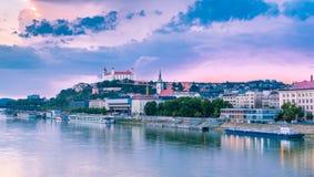 Flussufer Bratislavas Dunaj mit Schloss im Hintergrund Stockfotos