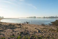 Flussufer an der Dämmerung Lizenzfreie Stockbilder