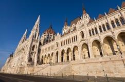 Flussufer des ungarischen Parlaments in Budapest Lizenzfreie Stockbilder