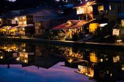 Flussufer-Dorf Stockbild