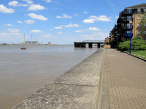Flussufer-Gehweg Lizenzfreie Stockfotos