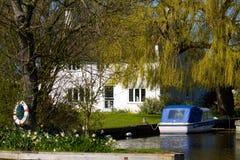 Flussufer-Haus stockbilder