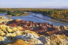 Flussufer mit Farbenfelsen Stockbilder
