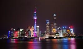 Flussufer-Nachtansichtstadtbild Shanghai, China stockfotos