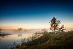 Flussufer, Nebel auf dem Wasser und sternenklarer Himmel lizenzfreies stockbild