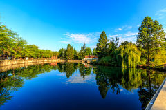 Flussufer-Park stockbilder
