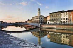 Flussufer Pisas der Arno reflektieren sich stockbild