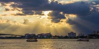 Flussufer-Sonnenuntergang über Gummilack Leman Lizenzfreies Stockfoto