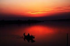 Flussufer-Sonnenuntergang Stockfotos