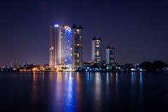 Flussufer-Stadt Stockfoto