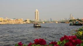Flussufer-und Stadt-Ansicht mit Smog stockbilder