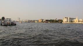 Flussufer-und Stadt-Ansicht mit Smog lizenzfreies stockfoto