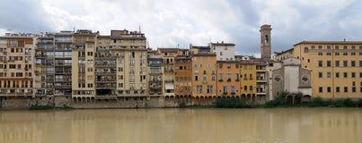 Flussufer von der Arno-Fluss, Florenz, Italien Stockbilder
