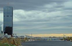 Flussufer von Donau in Wien, Österreich Lizenzfreies Stockfoto