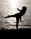 Flussufer-Yoga stockbilder