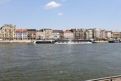 Flussuferansicht in Budapest lizenzfreie stockbilder