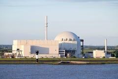 Flussuferansicht des Atomkraftwerks Brokdorf, Deutschland Stockbilder