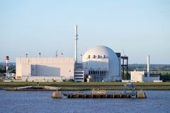 Flussuferansicht des Atomkraftwerks Brokdorf, Deutschland Stockfoto
