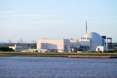Flussuferansicht des Atomkraftwerks Brokdorf, Deutschland Lizenzfreie Stockfotos
