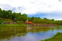 Flussuferbootshaus entlang dem Fluss Lizenzfreie Stockbilder