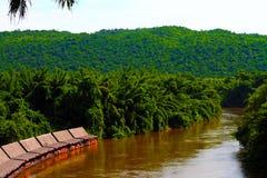 Flussuferbootshaus entlang dem Fluss im Regenwald Stockfotografie