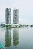 Flussuferdoppelgebäude Lizenzfreies Stockfoto