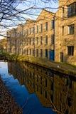Flussufergebäude in der Universität von Huddersfield Stockfotos