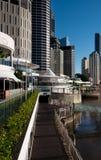 Flussufergehweg u. -gebäude in Brisbane Lizenzfreie Stockfotos