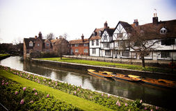 Flussuferlandschaft auf dem Fluss Stour in Canterbury Kent England Stockfotos