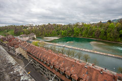 Flussufermattbezirk in Fluss Aare in Bern Lizenzfreies Stockfoto