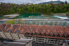Flussufermattbezirk in Fluss Aare in Bern Stockfotos