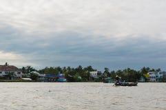 Flussuferpfahlhäuser im der Mekong-Delta stockbilder