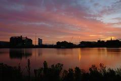 Flussufersonnenaufgang über Königen Lynn lizenzfreies stockfoto