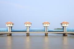 Flussverdammung für Bewässerung und Hochwasserschutz Stockfotos