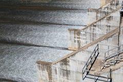 Flussverdammung und -wasserfall Lizenzfreie Stockbilder