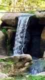 Flusswasser über Steintageslichtansicht lizenzfreie stockfotografie