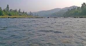 Flusswasser mit Rückhaltedamm Stockfotografie