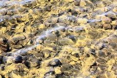 Flusswasser und Flussgrund stockfoto