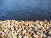 Flusswasser und Stein stockbild