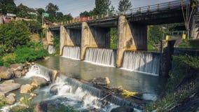 Flusswasserfall im Dorf und im blauen Himmel Stockfotografie