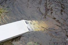 Flusswassermessgerät auf einem Hoch oder einem Hochwasserstand Lizenzfreies Stockfoto