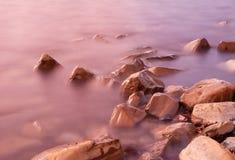 Flut auf einem felsigen Strand Lizenzfreie Stockfotos
