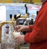 Flut des Bieres von den Flanken stockbilder