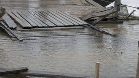 Flut am hölzernen Pier , überschwemmter Fluss, stock footage