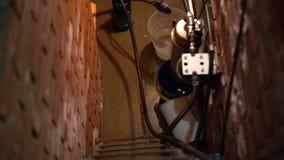 Flut im Keller Pumpe pumpte Wasser von einem überschwemmten Raum stock video footage