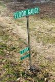 Flut-Messgerät-Markierungs-Wegweiser in der Überschwemmungs-Zone Stockfotos